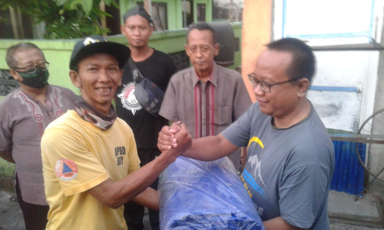 Bantuan Terpal dari FKTB dan TRC Ngampilan