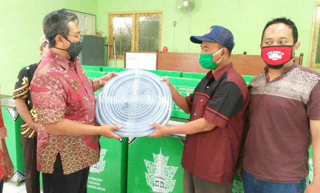 Perwakilan dari RW menerima bantuan wastafel