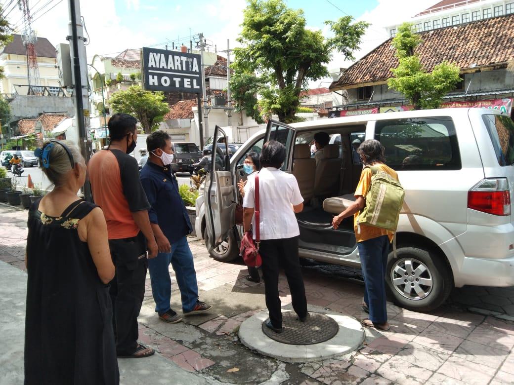 Penjemputan lansia RT 17 RW 03 ke Panti Budi Darma